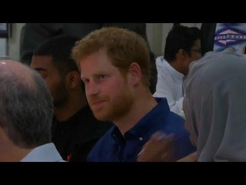 شاهد الأمير هاري يُشارك المسلمين مائدة الإفطار