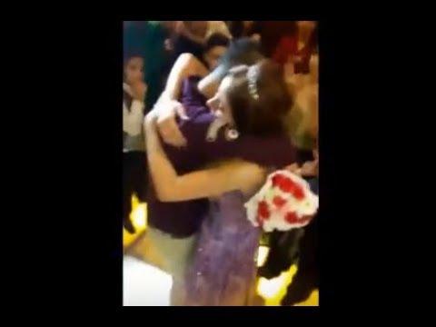 لايف ستايلشاهد بكاء عروسة وشقيقها في عناق مؤثّر في حفلة للزفاف