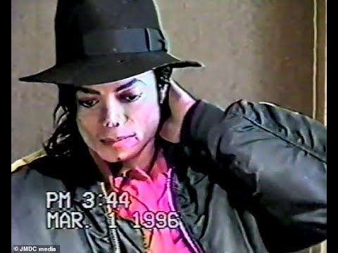 شاهدرد مايكل جاكسون خلال استجوابه إذا كان شاذًا جنسيًا