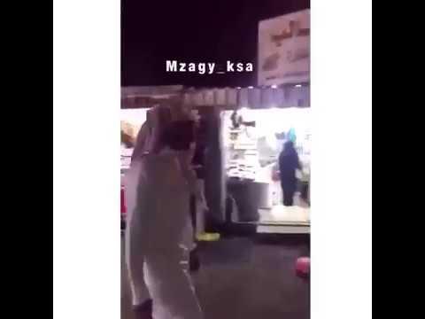 شاهد: فتاة سعودية تفضح شابًا حاول التحرّش بها في أحد الأسواق