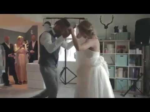 شاهد: رد فعل عريس سخرت منه عروسه لفشله في رقصة