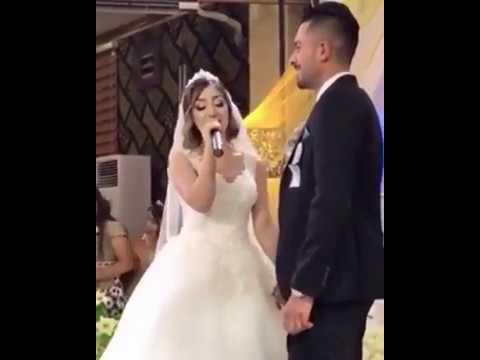 شاهد: عروس تخطف الأضواء بالغناء لعريسها بصوت رائع