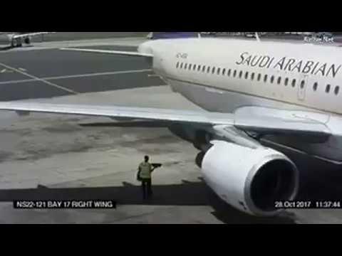 شاهد عامل يطير في الهواء بسبب محرك طائرة