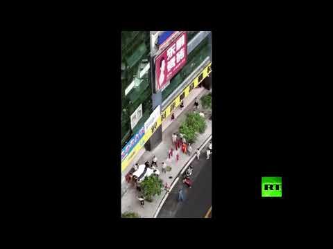 شاهد لحظة إنقاذ طفل من الموت خلال سقوطه من الطابق الرابع