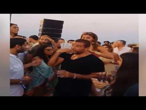 شاهد: دينا الشربيني تمسح عرق عمرو دياب فى الساحل على الشاطئ