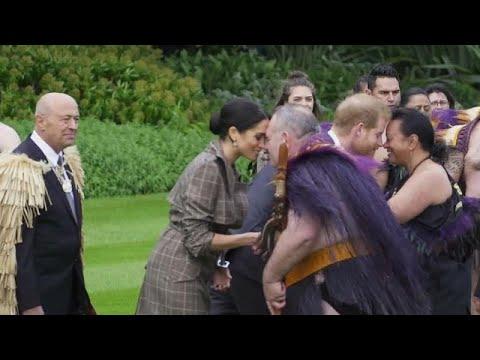 شاهد  الأمير هاري وزوجته ميغان يؤديان تحية هونغي