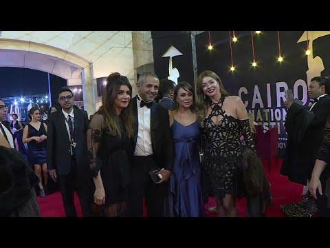 شاهد: تألُّق النجوم على السجادة الحمراء في افتتاح مهرجان القاهرة السينمائي