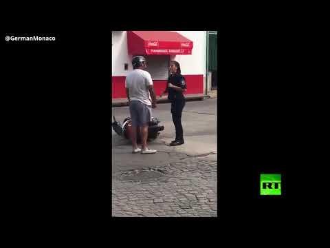 شاهد: رجل يلطم امرأة في لباس الشرطة على وجهها وكيف كان ردها