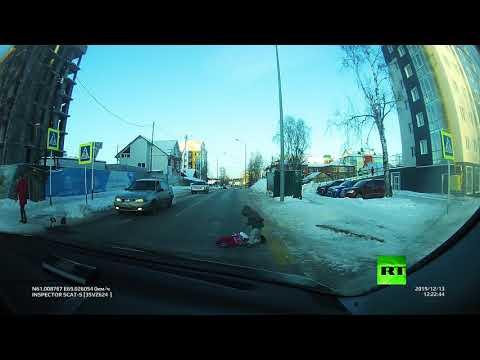 شاهد والدة غافلة تفقد طفليها على ممر المشاة ولم تلحظ سقوطهما