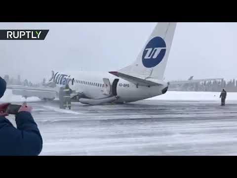 شاهد: طائرة ركاب تهبط على بطنها في مدينة روسية