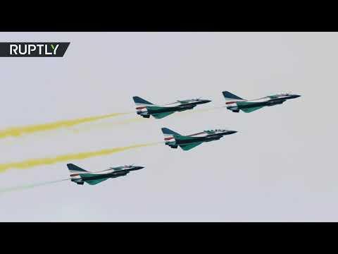 شاهد: عرض مثير بمشاركة فريق جوي صيني ومقاتلات أميركية في معرض سنغافورة للطيران