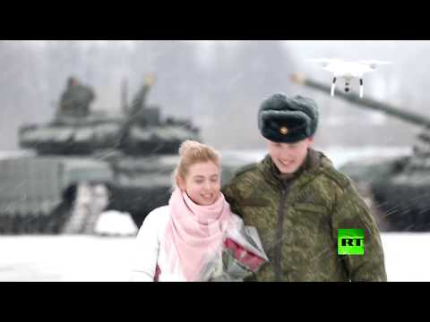 شاهد: ملازم روسي يطلب يد حبيبته مدعومًا بفصيل من الدبابات
