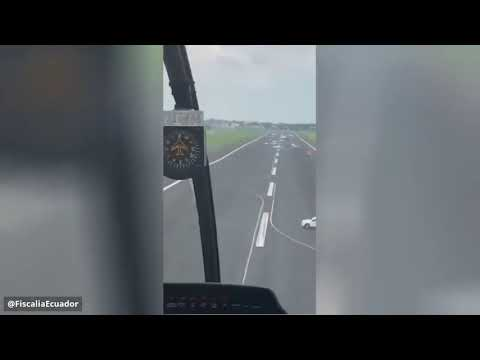 شاهد.. مطار يلجأ لوضع مركبات على المدرج لمنع هبوط طائرة إسبانية