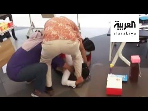 شاهد: مسؤولة إندونيسية تنهار باكية عند أقدام الأطباء بسبب