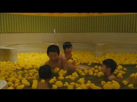 بالفيديو: ياباني يبني حمام سباحة منزلي مزوّد بـ 1000 بطة صفراء