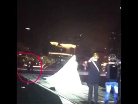شاهد : مصور يتعرض لموقف محرج في حفلة زفاف بلقيس