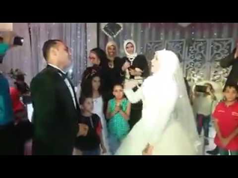لايف ستايلشاهد عروس تغني لزوجها الأصم بلغة الإشارة