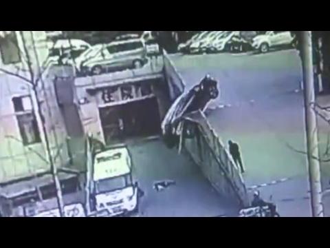 نجاة أم وأبنها من حادث سيارة بشكل غريب