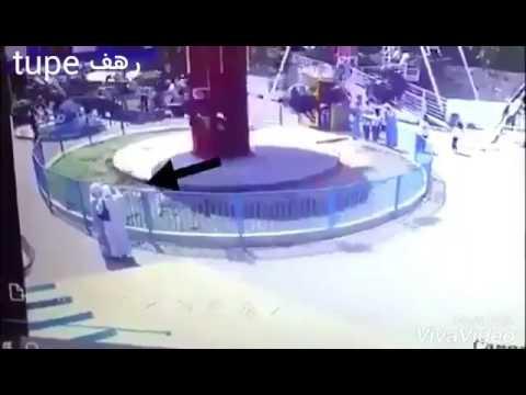 شاهد: طفلة تنجو من الموت بأعجوبة بعد سقوطها من أعلى ألعاب الملاهي